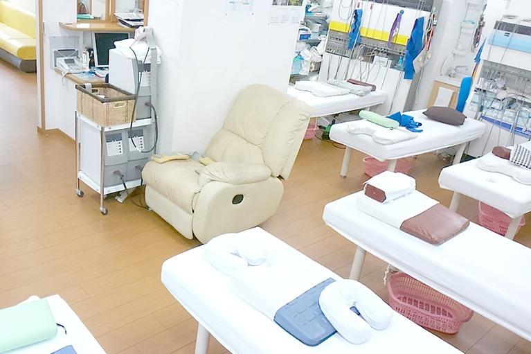 高性能の機器を使いながら、さまざまな療法を取り入れた治療を行ないます
